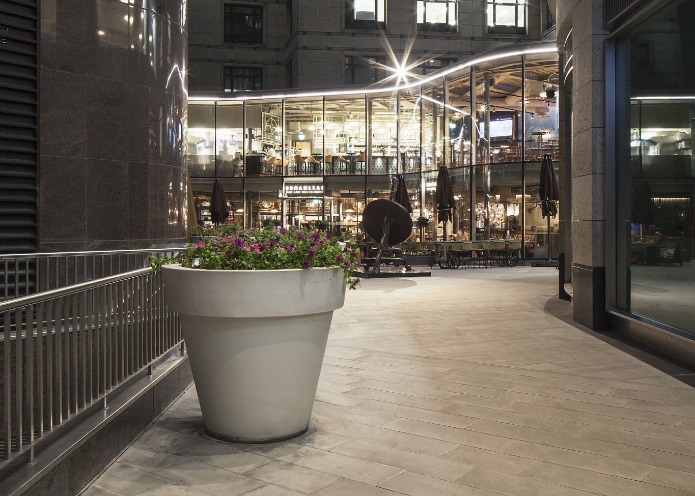 retail lighting design: outdoor shop and restaurants exterior